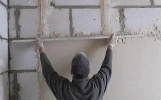 Выравнивание стен по маякам: учимся выставлять маяки под штукатурку своими руками