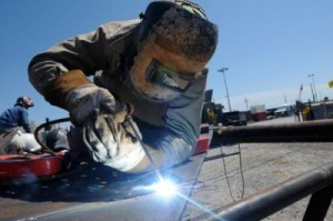 Работа сварщика опасна ожогами и вредными газами