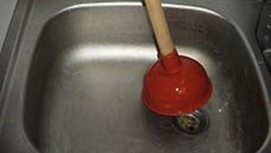 Прочистка канализационных труб с помощью вантуза