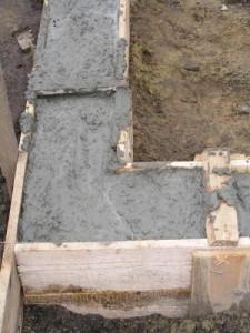 На рисунке изображен процесс заливки бетона в опалубку