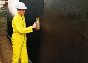 Не забудьте смазать фундамент водоотталкивающей краской перед дренажными работами