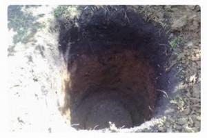 Процесс выкапывания выгребной ямы