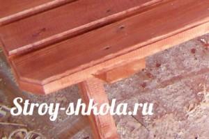 Нижнию доску можно украсить узором и желательно закруглить, чтобы удобно было сидеть