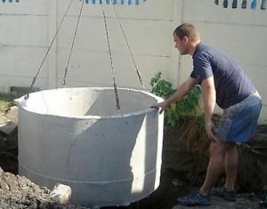 В вырытый котлован опускаются бетонные кольца после чего необходимо сделать гидроизоляцию
