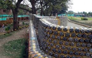 Кирпичный забор из пластиковых бутылок
