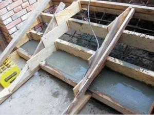 Процесс бетонирования ступеней