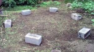 Укладываем бетонные блоки под основание беседки