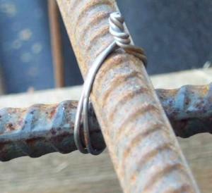 Концы проволоки связываем плоскогубцами