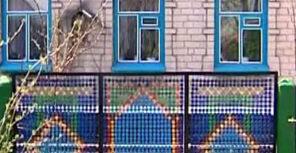 Забор выполненный из крышек