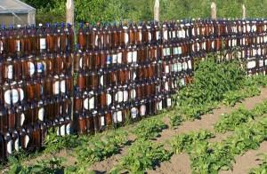 Забор из пластиковых бутылок сделанный своими руками