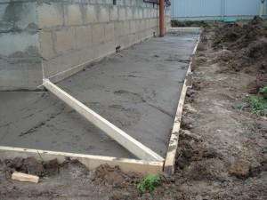 Заливаем бетон для отмостки