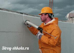 Большие зазоры между плитами заливают герметиком или запенивают