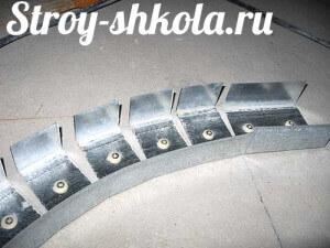 Чтобы сделать форму в виде изгиба металлический профиль разрезается кусачками
