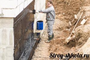 Нанесение слоя обмазочной гидроизоляции