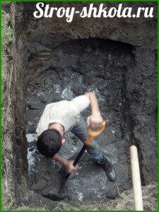 Выравниваем края котлована с помощью лопаты