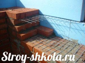 Процесс кладки кирпича на бетонное основание и его армирование