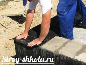 Процесс нанесения горизонтальной гидроизоляции на фундамент