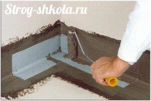 Процесс нанесения обмазочной гидроизоляции на бетонный пол
