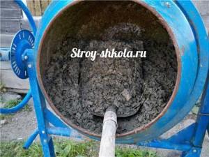 Процесс перемешивания раствора в бетономешалке