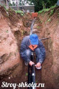 Процесс прокладки труб к септику и греющего кабеля