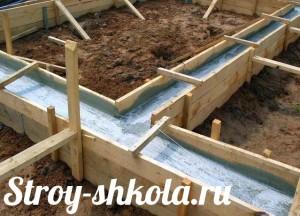 Процесс заливки опалубки бетоном