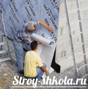 Укладывают материал с самоклеящимся слоем на фундамент