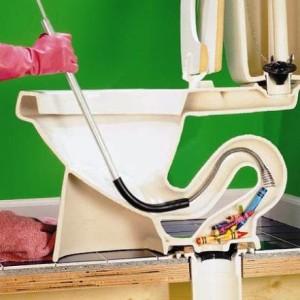 Прочистка унитаза с помощью троса