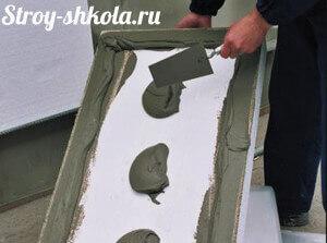 Процесс нанесения на плиты специального клея