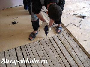 Процесс обшивки пола фанерой
