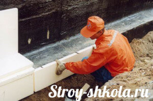 Процесс приклеивания плит полистирола на фундамент