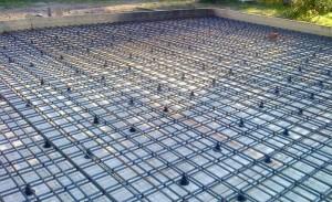 Процесс укладки арматуры для плитного фундамента на болоте
