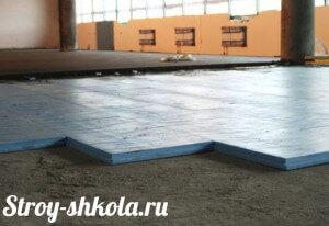 Процесс укладки плит утеплителя на бетонное основание