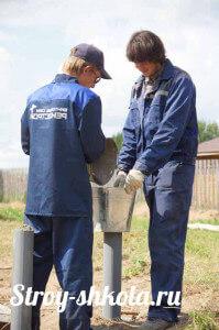 Процесс заливки бетона в сваю