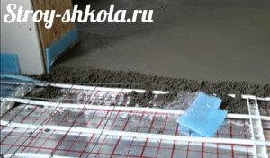Укладка на пол полиэтиленовой пленки и зиливке бетона
