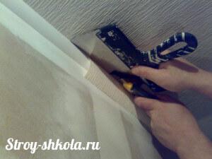 Обрезаем обои острым ножом по шпателю