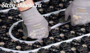 Укладка труб на специальные теплоизолирующие маты