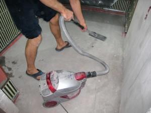 Подготовленное бетонное покрытие очищают от пыли и грязи