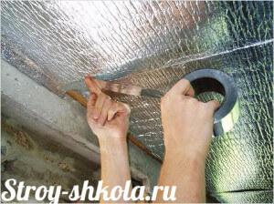 Потолок проклеивают пароизоляционной пленкой и проклеивают металлическим скотчем