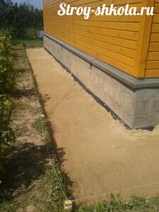 Поверх гидроизоляционной пленки насыпают слой песка