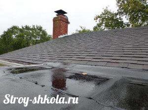 Процесс промазывания крыши битумной мастикой
