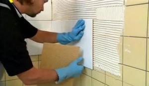 Процесс укладки плитки на плитку