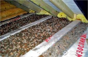 Сверху на доски насыпают керамзит