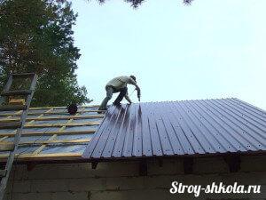 Укладка брусков на крышу гаража для крепления кровельного материала