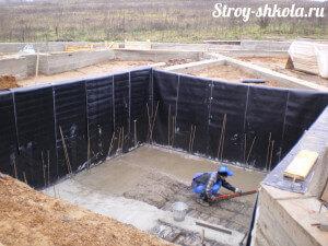 Процесс бетонирования цокольного этажа
