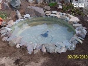 Начинаем обкладывать наш пруд камнем
