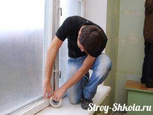 Проклеивание щелей в окнах скотчем