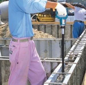 Процесс работы вибратора для бетона