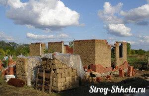 Дом сделанный из глины и соломы