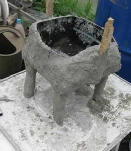 Облепляем канистру цементным раствором
