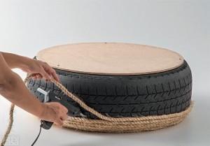 Переворачиваем шину и начинаем укладку веревки снизу